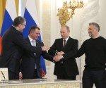 Putin, segundo por la derecha, y las autoridades de Crimea y Sebastopol, tras firmar la anexión. / YEKATERINA SHTUKINA (AFP)