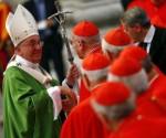 El papa Francisco saluda a los cardenales al final de la misa inaugural del Sínodo sobre la familia en la Plaza de San Pedro en el Vaticano