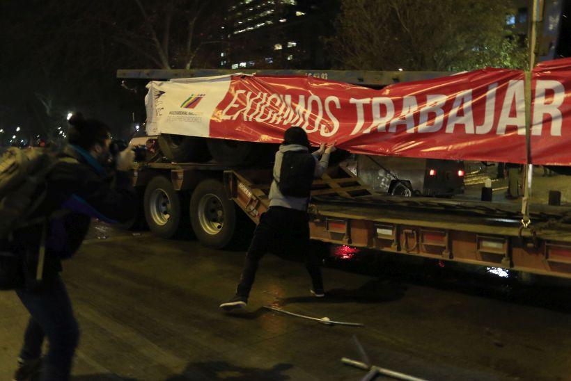 Incidentes durante paso de camiones por La Moneda