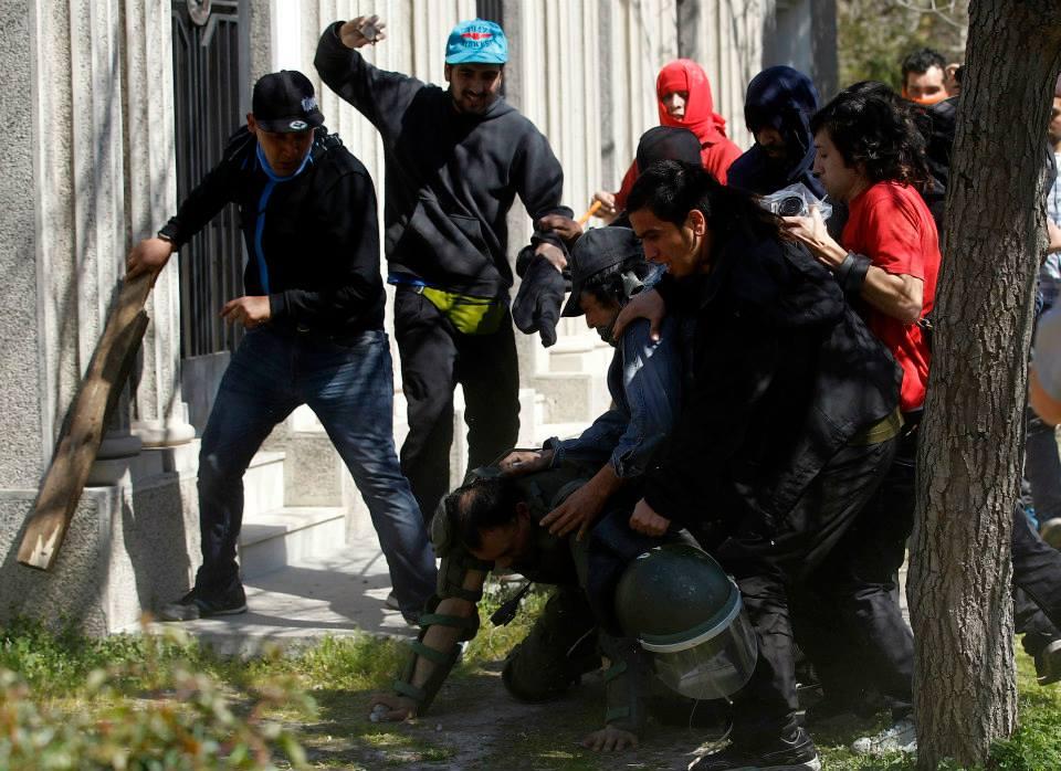 carabineros, agredido brutalmente por izquierdistas chilenos