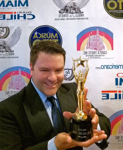 rodrigo eitel recibe el premio fox music awards 2018